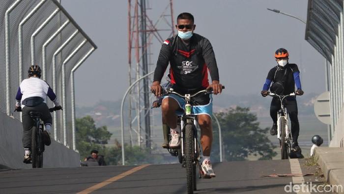 Akhir pekan kerap dimanfaatkan warga untuk berolahraga. Meski Bandung tengah terapkan PPKM Darurat, tak sedikit warga yang masih asyik bersepeda di Kota Kembang