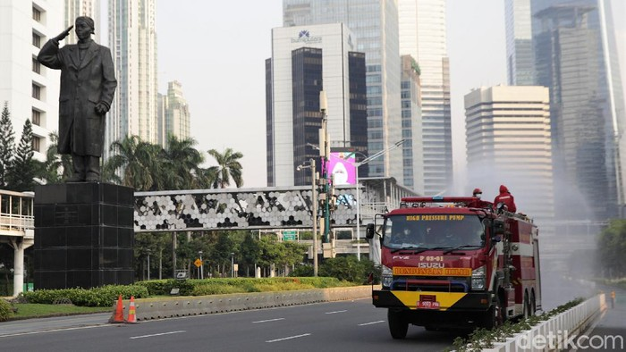 Penyemprotan disinfektan dilakukan di kawasan Jalan Jenderal Sudirman, Jakarta. Kegiatan itu dilakukan sebagai upaya pencegahan penyebaran virus Corona.