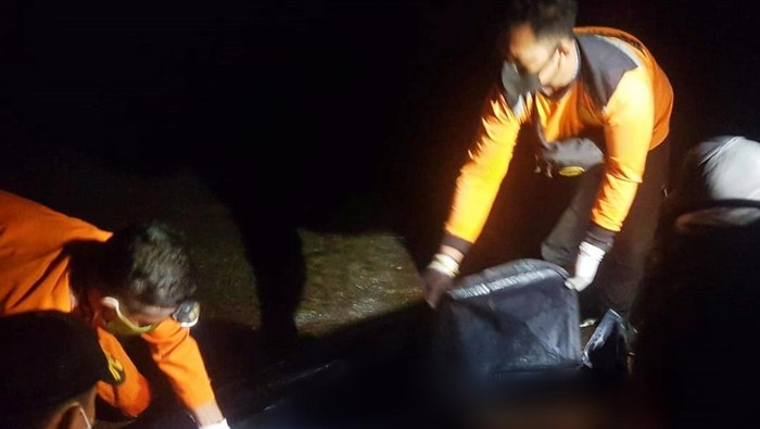 Evakuasi jenazah korban tenggelamnya KMP Yunicee