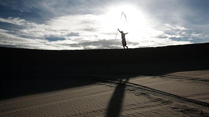 Sejumlah penggemar yoga berkumpul di kawasan Gurun yang ada di Meksiko. Mereka berkumpul di gurun itu untuk melakukan kegiatan yoga di kala pandemi COVID-19.