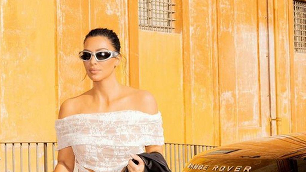 Foto: 8 Penampilan Seksi Kim Kardashian Saat di Vatikan yang Tuai Kritikan