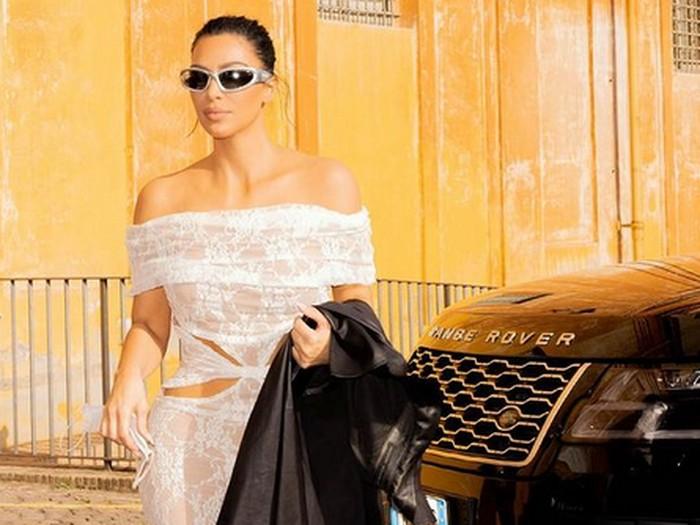 Kim Kardashian Pakai Gaun Pengantin di Acara Kanye West