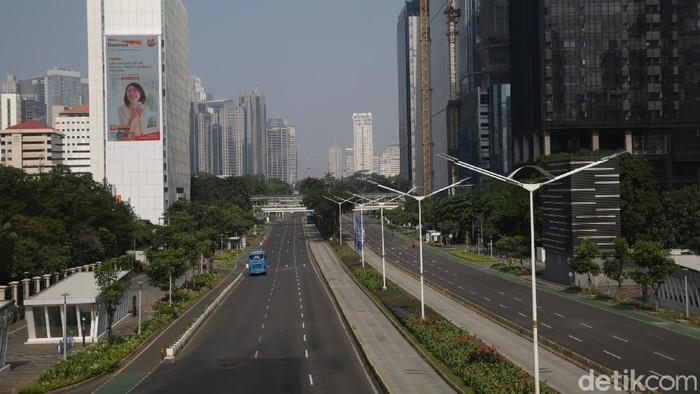Ruas-ruas jalanan Kota Jakarta tampak lengang dari hiruk-pikuk berbagai kendaraan. Pasalnya saat ini Jakarta tengah memberlakukan PPKM Darurat guna tekan kasus COVID-19 di Ibu Kota.