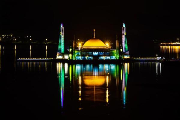 Ketika langit menjadi gelap, masjid semakin cantik dengan kerlap-kerlip lampu warna-warni. (Pemrov Kendari)
