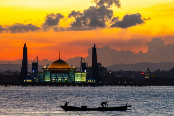 Keindahan bangunan masjid Al-Alam pun kerap menjadi sasaran pecinta fotografi dan swafoto. (Pemrov Kendari)