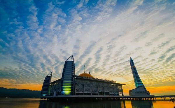 Posisi masjid yang terlihat seolah terapung di atas air dan memiliki empat menara memberi kesan artistik dan elegan. (Pemrov Kendari)