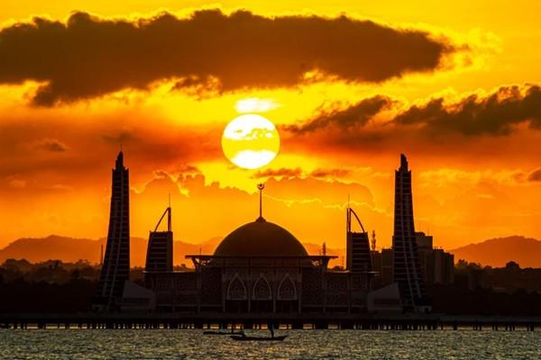 Saat sunset tiba, latar laut dan langit jingga menjadi pemandangan eksotis yang selalu dikagumi. (Pemrov Kendari)