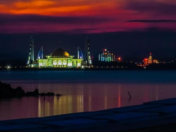 Langit jingga bercampur ungu semakin membuat masjid semakin cantik. (Pemrov Kendari)