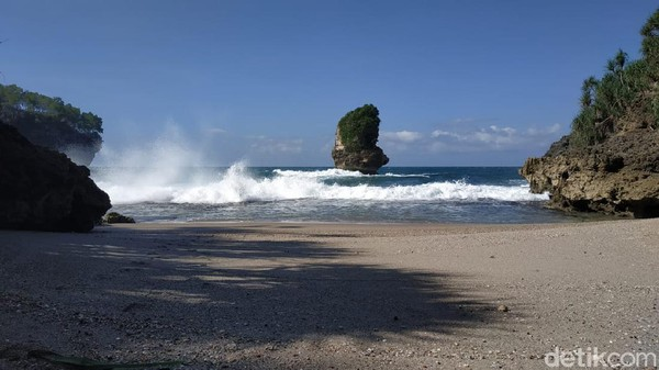 Hempasan angin laut menjadi ciri khas daerah pesisir. Terik matahari pagi pun nyaris tak terasa, tergantikan oleh angin sepoi-sepoi yang menerpa kepala hingga ujung kaki. Pantai ini punya ombak yang cukup besar. (Purwo Sumodiharjo/detikTravel)