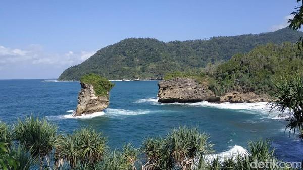 Pantai Baban Gede juga menyajikan atraksi kearifan lokal bagi wisatawan. Hanya dengan membuang pandangan ke laut lepas, pengunjung dapat menyaksikan aksi nelayan menangkap lobster di bawah tebing karang. (Purwo Sumodiharjo/detikTravel)