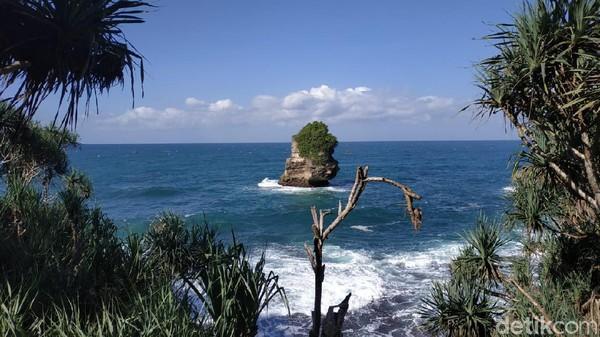 Maklum, obyek wisata di Pacitan ini baru dibuka akhir tahun 2020. Sebenarnya Baban Gede merupakan nama bukit di timur kawasan itu. Bukit itu tengah dalam penataan. Dari bukit ini, tersaji pemandangan cantik pantai. (Purwo Sumodiharjo/detikTravel)