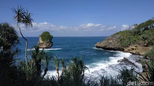Kabupaten Pacitan punya deretan pantai yang indah. Salah satunya yang masih perawan adalah Pantai Baban Gede. Lokasinya terletak di Desa Sidomulyo, Kecamatan Kebonagung, Pacitan. (Purwo Sumodiharjo/detikTravel)