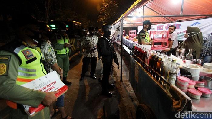 Tim gabungan gelar patroli untuk memantau penerapan PPKM Darurat di kawasan Solo. warung makan yang masih buka di atas pukul 20.00 WIB pun ditertibkan.