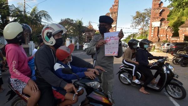 Pantai Sanur pun ditutup sementara selama penerapan PPKM Darurat. Obyek wisata yang dicanangkan sebagai kawasan zona hijau bebas COVID-19 tersebut ditutup sementara selama PPKM Darurat dan dikecualikan untuk kegiatan nelayan, upacara keagamaan dan masyarakat yang menyeberang ke Pulau Nusa Penida, Klungkung.