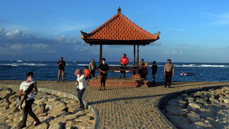 Pantai Sanur ditutup selama penerapan PPKM Darurat. Meski begitu, aktivitas penyeberangan ke Pulau Nusa Penida dan kegiatan nelayan tetap diizinkan beroperasi.
