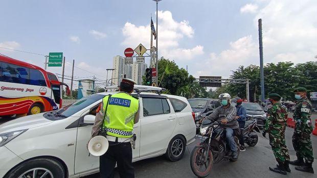Penyekatan kendaraan di Jalan Raya Daan Mogot Jakbar pada hari kedua PPKM darurat