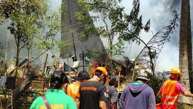 Pesawat militer Filipina jatuh dan terbakar