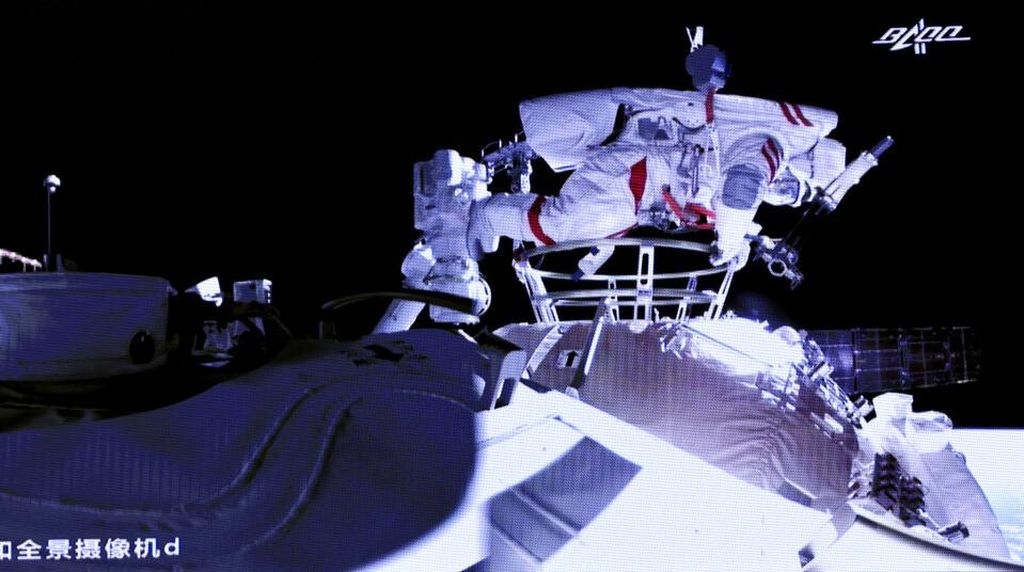 Aksi Dua Astronot China Lakukan Spacewalk di Luar Angkasa