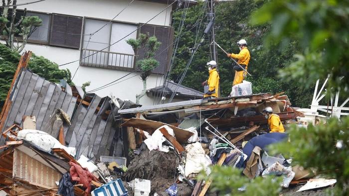 Puluhan rumah tertimbun akibat longsor di barat daya Tokyo, Jepang. Ribuan personel gabungan dikerahkan untuk melakukan pencarian dan evakuasi di area longsor.
