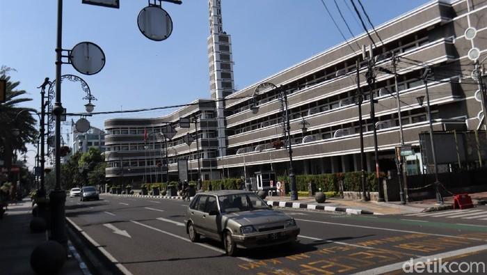 Bandung jadi salah satu kawasan yang memberlakukan PPKM Darurat. Jalan Asia Afrika yang kerap ramai oleh aktivitas warga pun kini tampak lengang.