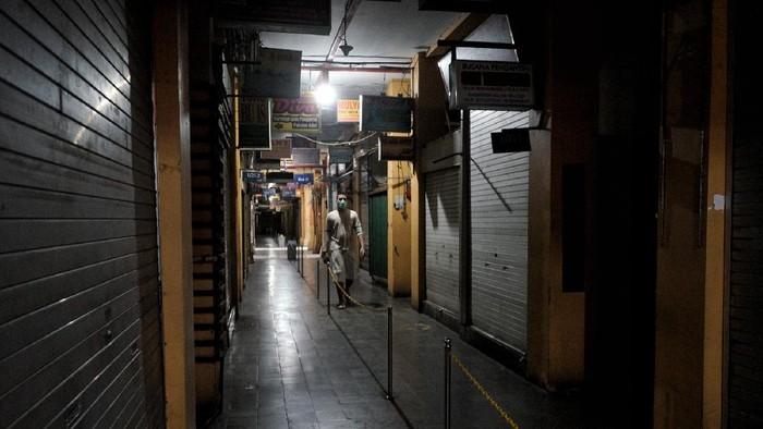 Sejumlah toko nonesensial di Pasar Beringharjo ditutup sementara. Penutupan dilakukan selama pemberlakuan PPKM Darurat mulai tanggal 3 hingga 20 Juli 2021.