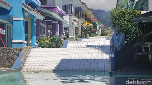 Meski di tengah pandemi, penyewa villa kolam jejer tetap banyak. Biaya sewa yang terjangkau hanya sekitar Rp 800 ribu hingga Rp 1 juta per malam di hari kerja dan Rp 1,3 juta di akhir pekan.