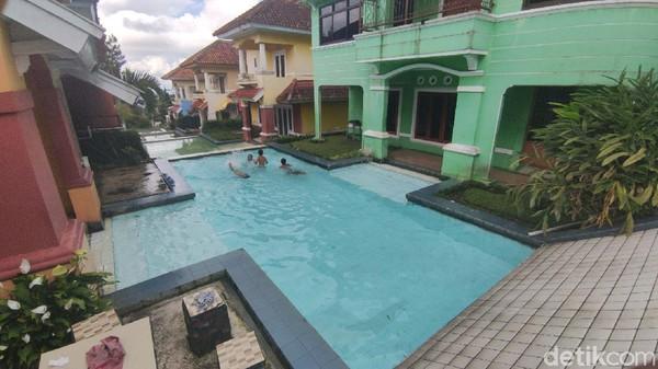 Ada ratusan villa di kawasan Bukit Cipendawa, tapi villa kolam jejer jadi yang paling banyak ditanyakan dan disewa. Saking larisnya, untuk bisa menginap wisatawan harus memesan minimal dua pekan sebelumnya.