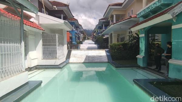 Villa ini unik karena kolam renangnya sambung menyambung jadi satu. Ada sekitar 20 kolam renang berjajar di antara deretan vila tersebut. Villa ini terletak di kawasan Bukit Cipendawa, Kecamatan Pacet, Kabupaten Cianjur, Jawa Barat.