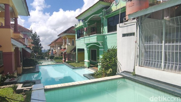 Begitulah suasana indah vila yang dikenal dengan sebutan vila kolam jejer yang pernah viral di media sosial beberapa waktu lalu. Lantaran konsepnya yang unik, villa ini digandrungi wisatawan.