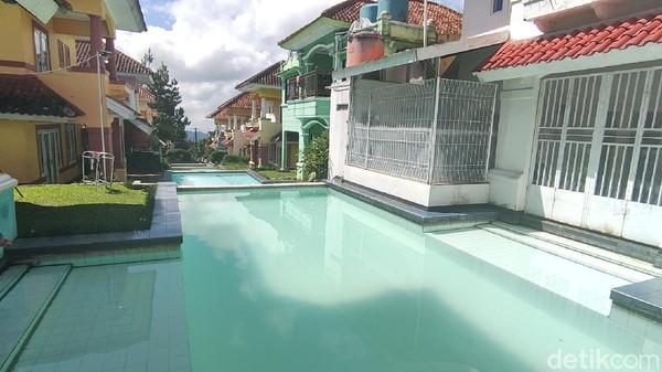 Selain bisa berenang-renang di kolam ini, wisatawan juga bisa sambil bakar-bakar jagung atau daging. Karena biasanya setiap vila menyiapkan alat untuk BBQ dan bakaran. Dijamin seru!