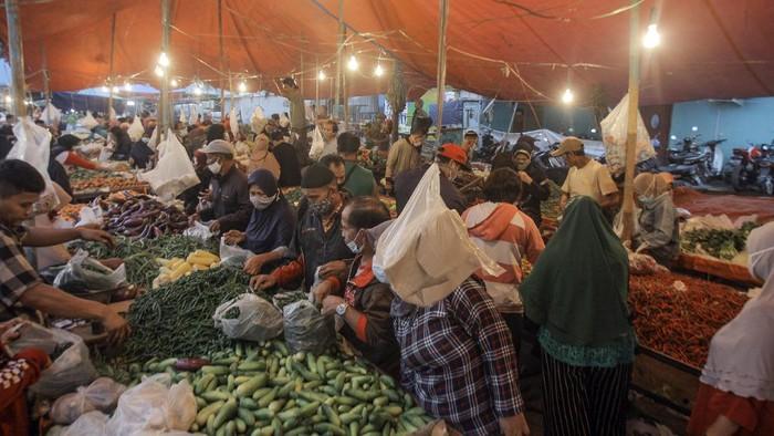 Daerah Jawa dan Bali tengah memberlakukan PPKM Darurat mulai Sabtu (3/7) lalu. Meski begitu, Pasar Cibinong di Kabupaten Bogor tampak ramai saat PPKM Darurat.