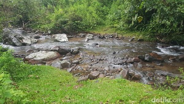 Tanda air terjun sudah dekat, ada sungai yang mengalir. Sesampainya di kawasan air terjun Sollokan, traveler diminta untuk langsung membasuh wajah di air yang mengalir. Itu adalah pesan para orang tua, yang selalu disampaikan dan dilakukan oleh siapa saja yang berkunjung ke tempat ini.