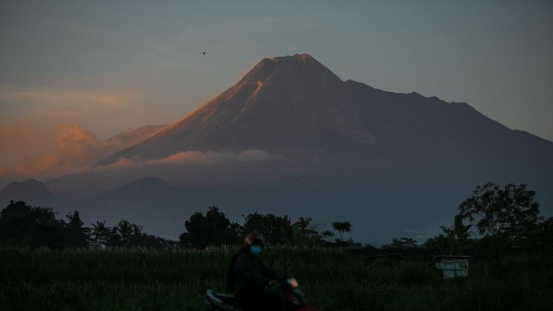 Pucak Gunung Merapi terlihat dari Desa Wedomartani, Ngemplak, Sleman, DI Yogyakarta, Senin (5/7/2021). Menurut data Balai Penyelidikan dan Pengembangan Teknologi Kebencanaan Geologi (BPPTKG) Yogyakarta, pada periode Senin, 7 Juli 2021 pukul 06.00-18.00 WIB teramati terjadi satu kali awan panas guguran dengan jarak luncur 1.500 ke arah barat daya, 14 kali luncuran lava pijar ke arah barat daya jarak maksimal 1.500 meter dan 14 kali luncuran lava pijar jarak luncur 1.800 meter ke arah tenggara. ANTARA FOTO/Hendra Nurdiyansyah/pras.