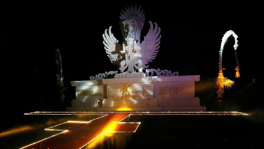 BNI Bersama Seniman Bali Buat Patung Replika GWK dari Pasir Pantai