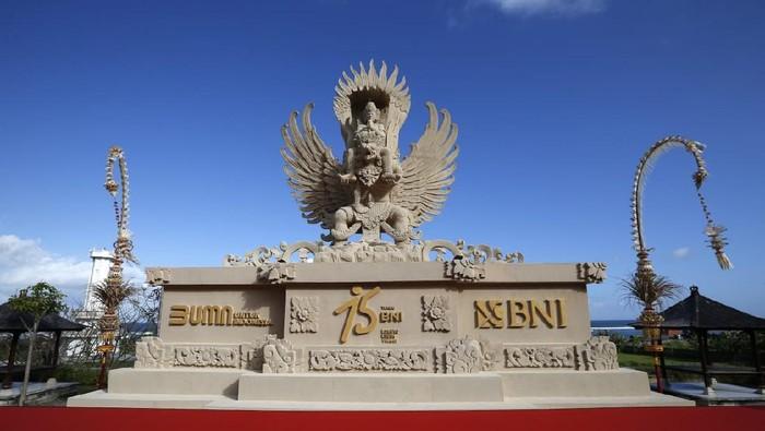 Dalam rangkaian peringatan HUT ke-75, BNI bersama seniman pematung di Pecatu, Badung, Bali membuat patung replika Garuda Wisnu Kencana (GWK).