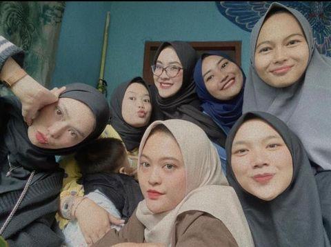 Foto Lia dan para sahabatnya.
