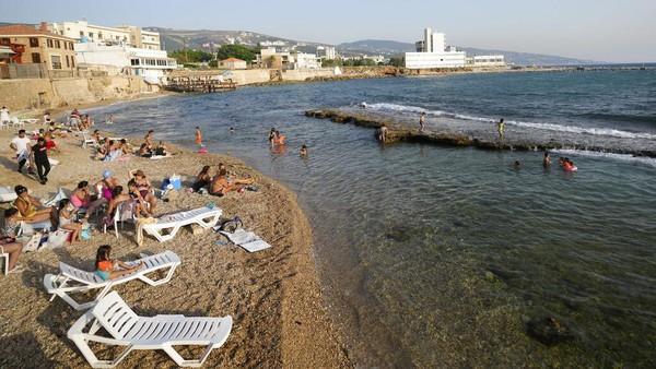Sejumlah warga terlihat menimati suasana Pantai Batroun di utara Beirut.
