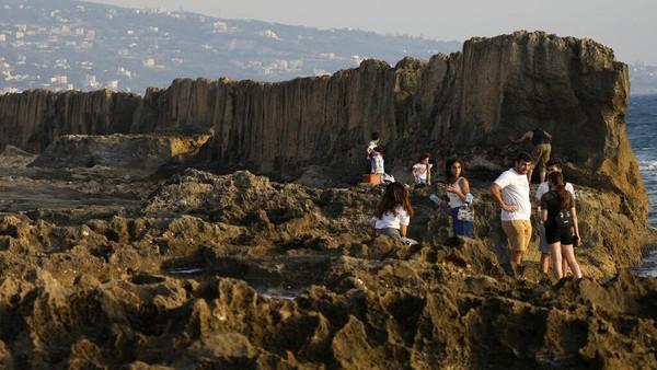 Tembok Fenisia di Desa Batroun juga banyak didatangi para wisatawan.