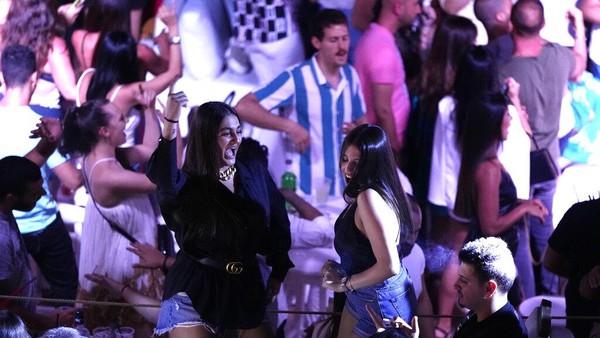 Wisata malam juga menjadi tujuan beberapa warga seperti di klub Taiga, Beirut.