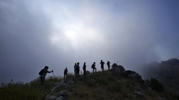 Kawasan pendakian juga menjadi pilihan warga. Salah satunya pegunungan di Desa Raachne.