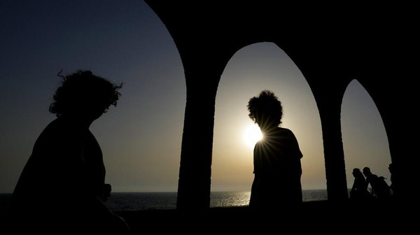 Suasana sunset di kawasan tembok Batroun Fenisia juga didatangi wisatawan.