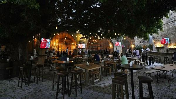 Beberapa restoran juga didatangi wisatawan di kawasan Desa Batroun.