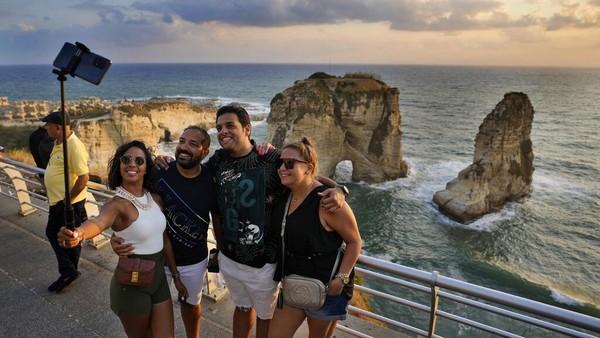 Terlihat sejumlah turis dari Mesir tengah swafoto di kawasan Rawcheh Sea Rock di Laut Mediterania. Sebagai infromasi, meski beberapa destinasi di Lebanon di buka, akses seperti kartu kredit hingga pembatasan perjalanan dilakukan pemerintah setempat untuk menyasar destinasi domestik.