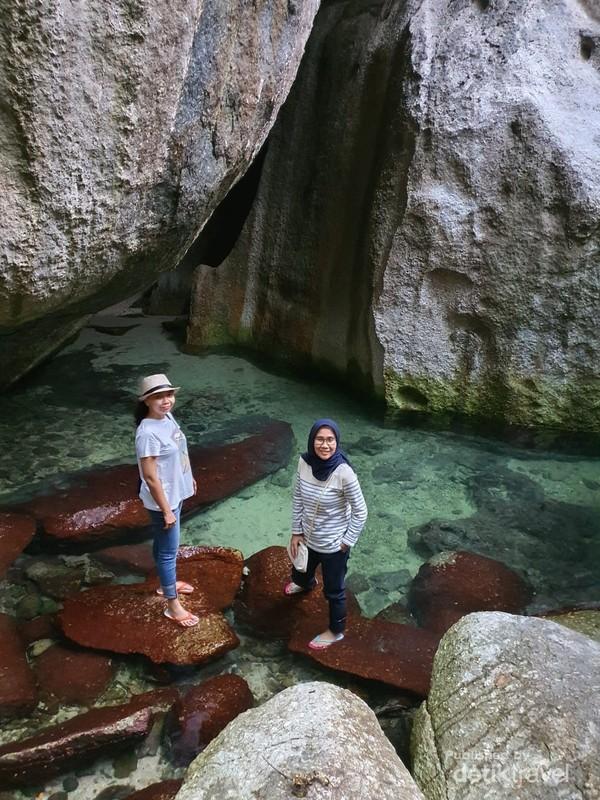 Batuan besar di tepi pantai banyak ditemukan di Belitung
