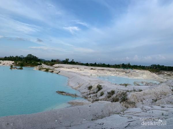 Banyak yang menyamakan Danau Kaolin dengan Kawah Putih di Ciwidey Jawa Barat