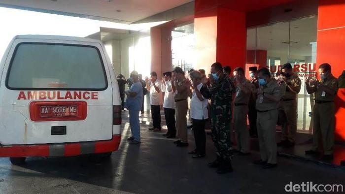Jenazah mantan Bupati Temanggung, Hasyim Afandi, saat disalatkan di kompleks RSUD Temanggung, Senin (5/7/2021).