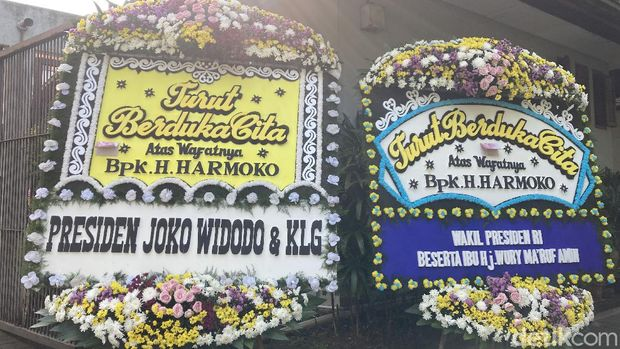 Karangan Bunga Dukacita di rumah duka Harmoko