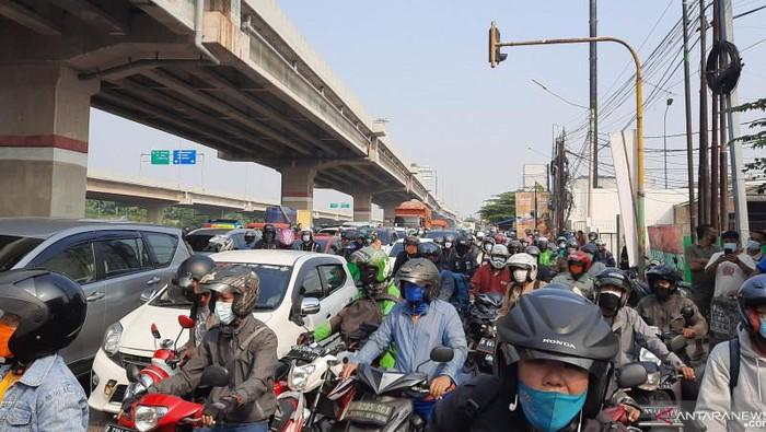 Kemacetan akibat penyekatan PPKM Darurat di Kalimalang