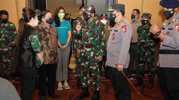 Panglima TNI Marsekal Hadi Tjahjanto dan Kapolri Jenderal Listyo Sigit Prabowo terus memantau vaksinasi massal COVID-19 yang kini dimasifkan. Keduanya berkeliling ke lokasi vaksinasi massal mulai dari kampus hingga mal hari ini (Dok istimewa)
