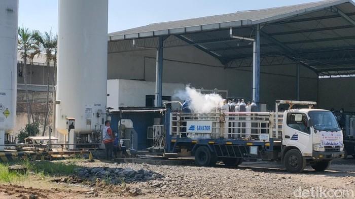 Perusahaan penyedia oksigen, PT Samator Gas Industri Surakarta, kewalahan menghadapi tingginya permintaan oksigen.
